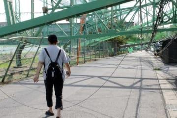 倒れたままになっている千葉県市原市のゴルフ練習場の鉄柱
