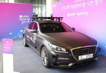 LGU+が漢陽大学と共同開発する自動運転車。現代自動車のジェネシスG80をベースにしている=10月10日、ソウル・麻谷(NNA撮影)
