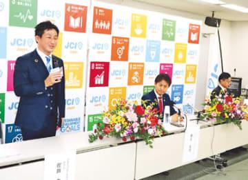 会見する(左から)在田氏、鎌田氏、勝木氏=富山市役所