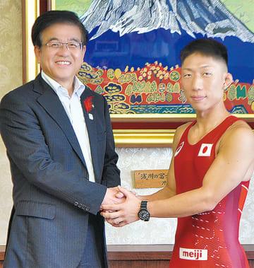 試合着で高橋市長と握手を交わす大川さん(右)