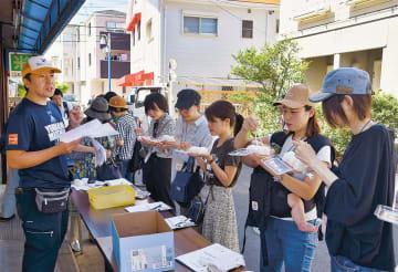 神原米店で、ブランド米の食べ比べをする参加者
