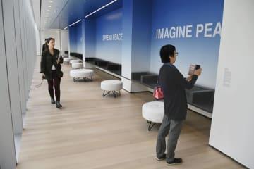 10日、増改築工事を終えて報道関係者に公開されたニューヨーク近代美術館でお披露目されたオノ・ヨーコさんの新作「ピース・イズ・パワー」(共同)