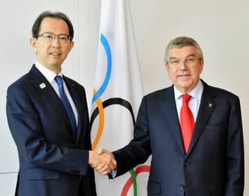 復興五輪の成功に向けて思いを一つにする内堀知事(左)とバッハ会長