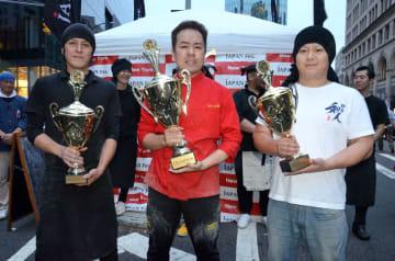 カップを手にする左から2位マルチョン、優勝の鬼そば、3位和人