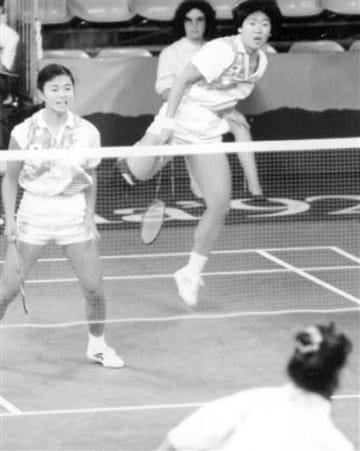 バルセロナ五輪の初戦で、力強いスマッシュを決めるバドミントン女子ダブルスの松尾知美(中央奥)