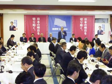 自民党の役員人事後、初めて開かれた憲法改正推進本部の会合=11日午前、東京・永田町の党本部