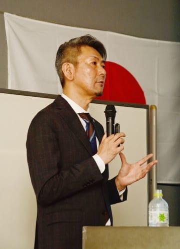 講演する精神科医の松本俊彦さん=佐賀県庁
