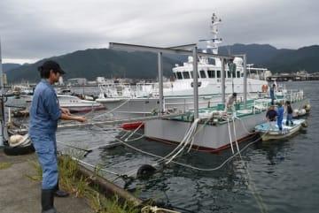 【台風の接近に備えて船を係留する県職員=尾鷲市の尾鷲港で】