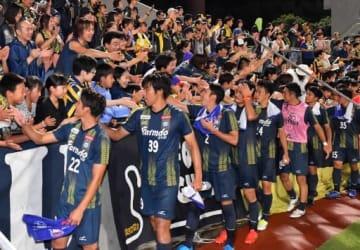 長野戦に勝利し、サポーターと喜ぶザスパイレブン=8月31日、正田醤油スタジアム群馬