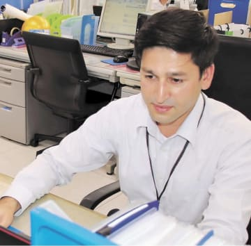 外国人の賃貸住宅仲介をサポートするため働くサンタさん=仙台市青葉区のアパマンショップ仙台駅前店