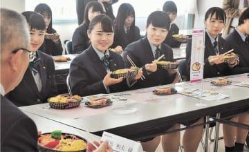 門馬市長(左)と完成した弁当を試食する生徒たち