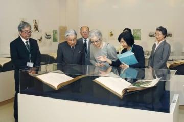 特別展「ジョン・グールドの鳥類図譜―19世紀 描かれた世界の鳥とその時代」を鑑賞される上皇ご夫妻。右から2人目は長女で、鳥類学者の黒田清子さん=11日午前、東京都豊島区の東京芸術劇場