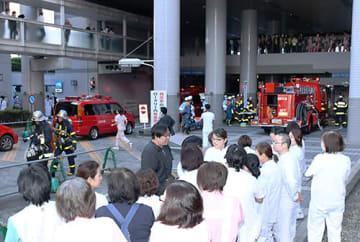 煙が出たとの通報で患者が避難するなど、一時騒然とした現場=10日午後3時37分、山形市立病院済生館
