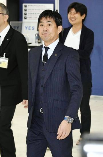 サッカーW杯アジア2次予選のタジキスタン戦に向け出発する森保監督=11日、成田空港