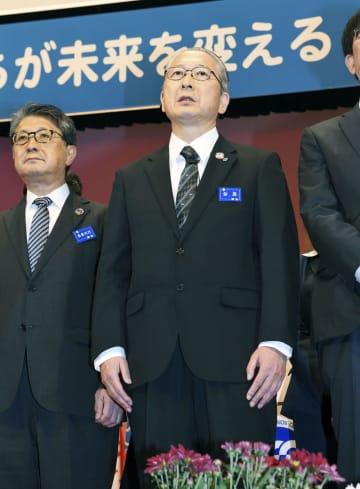 連合の定期大会で続投が承認された神津里季生会長(右)=11日午前、東京都新宿区