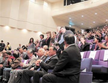 上映作品の監督を拍手で歓迎した開会式