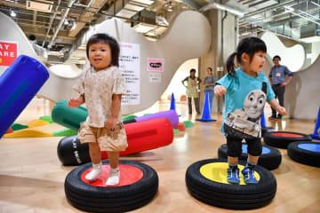 「プレイスクエアR1」内の遊具で楽しむ幼児(厚木市提供)