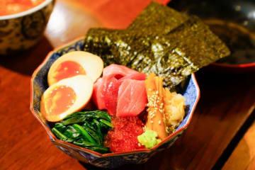 「天然マグロの切り落としと月見丼」1,650円(税込) 店舗:築地寿司清