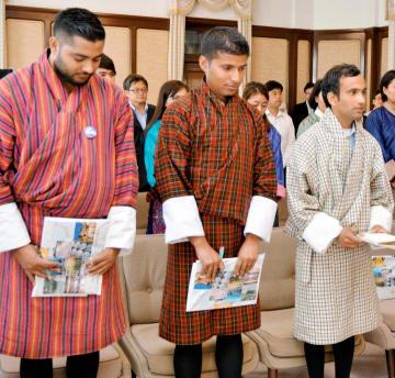 国際ブータン人労働組合の設立経緯などを説明する執行委員長のジャガナット・コイララさん(右)ら=10日午前、県庁