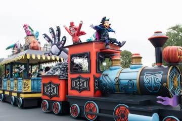 """東京ディズニーランドで上演中のパレード「スプーキー""""Boo!""""パレード」=浦安市"""