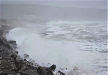 台風19号が近づく中、日本の渚(なぎさ)百選にも選ばれている「君ケ浜」に打ち付ける波=11日午後0時50分ごろ、銚子市