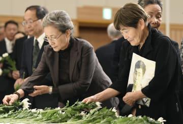 シベリアなどで強制労働をさせられた犠牲者の慰霊祭で犠牲者を悼み献花する遺族ら=11日午後、東京都千代田区