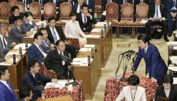 衆院予算委で、国民民主党の前原誠司氏(左下から2人目)の質問に答える安倍首相=11日午後