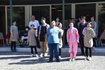 開店を控え、コニーズカフェに集まった齋藤社長(前列右)と従業員ら