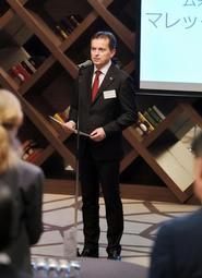 レセプションで「両国の文化交流をさらに深めたい」と話すポーランド外務省公共・文化外交局のマレック・シチェパノフスキ副局長=ホテルクラウンパレス神戸