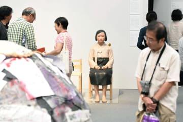 展示が再開された「表現の不自由展・その後」の「平和の少女像」(奥)=11日午後、名古屋市(代表撮影)