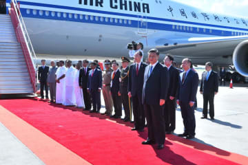 インド南部チェンナイに到着した中国の習近平国家主席(手前)=11日(インド外務省提供・ロイター=共同)