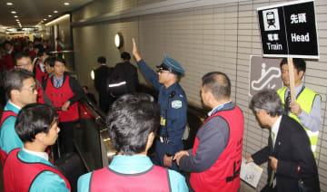 台風19号に備え、成田国際空港会社が実施した混雑を解消させるための訓練=11日午後、成田空港