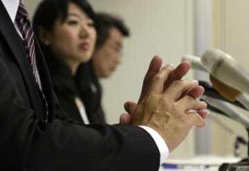 8回目の命日を迎え、記者会見で思いを語る男子生徒の父親(大津市役所)=撮影・山本陽平