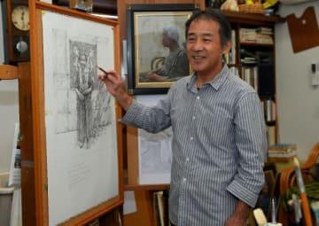 第71回宮日総合美術展で無鑑査入りした上田雄二さん。家族をテーマにした絵で40年越しの思いを実らせた=宮崎市本郷北方の自宅アトリエ