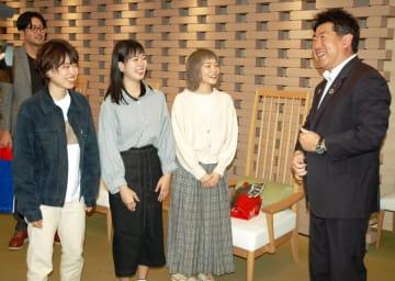 SHISHAMOからバッジなどのプレゼントをもらい喜ぶ福田市長=川崎市役所