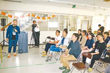 リノベーションの手法について説明する青木さん(左)