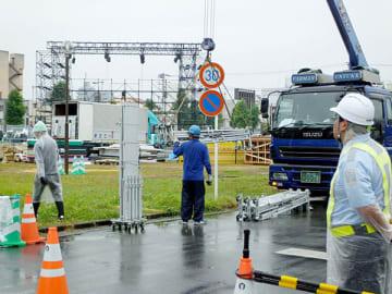 台風19号の接近に備え、機材の撤去作業が急ピッチで進められたファンゾーン跡地=11日午後、熊谷市本町