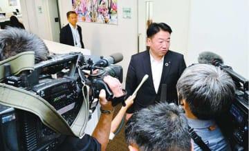 対策会議を終え、報道陣に囲まれる中村会頭=徳島市南末広町の徳島商工会議所