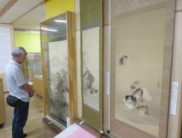 【江戸―明治期に活動した伊勢の日本画家の作品などが並ぶ会場=伊勢市中之町の伊勢古市参宮街道資料館で】