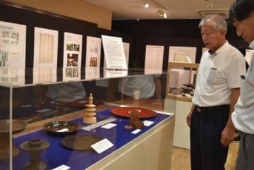 【木地師が作った椀などが並んでいる=熊野市井戸町の市文化交流センターで】