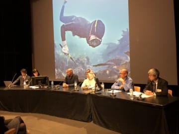 【トークショーで海女文化について対談する(右から)塚本さん、フランクさん、大野さん、エルワンさん=フランス・パリ日本文化会館で(鳥羽市提供)】