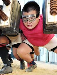 目を保護するラグビー専用のゴーグルを着け、スクラム練習に励む森本一弘さん=神戸市長田区房王寺町2、夢野台高校(撮影・中西幸大)