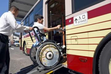ノンステップバスでの乗車マナーを学んだ生徒たち=佐賀市金立町の金立特別支援学校