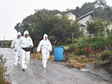 豚コレラの陽性反応が出た養豚場に出入りする関係者たち=11日午後4時10分、本庄市児玉町