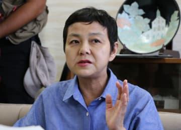 田上市長にタウンミーティングへの出席を要請した津山さん=長崎市役所