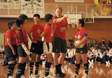 帯山中のラグビー部員にパスを教えるウェールズのアルンウィン・ジョーンズ主将=熊本市中央区