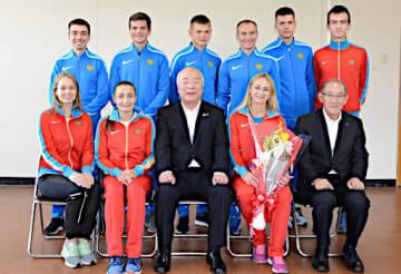 大会の健闘を誓い、中村市長(前列中央)らと写真に納まるウラジオストク市チーム=11日、境港市役所