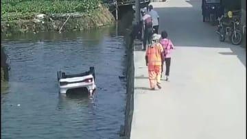 車が川に転落、村民が7分で救助 福建省莆田市
