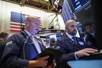 ニューヨーク証券取引所のトレーダーたち=11日(ゲッティ=共同)