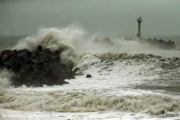 台風19号の接近でうねりを伴った高波が打ち寄せる=12日午前10時ごろ、松茂町豊久沿岸部
